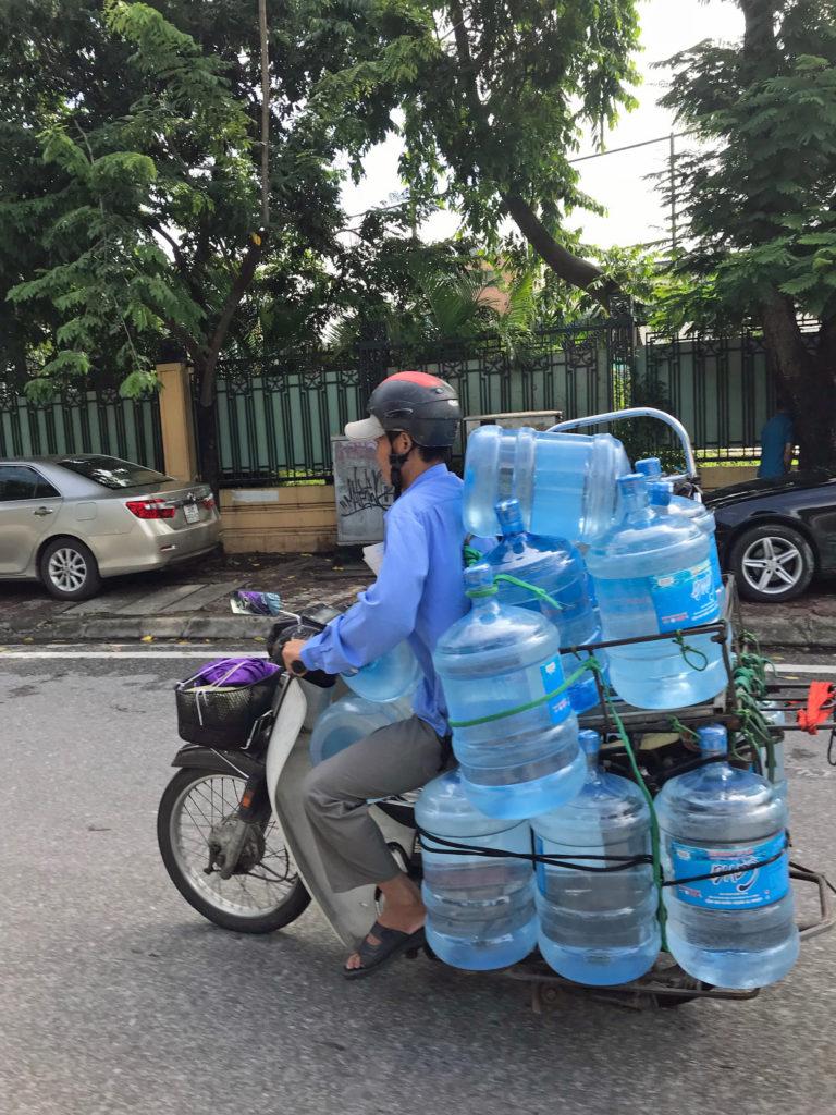 Yksi tapa vähentää kertakäyttömuovin kulutusta on käyttää isompia vesisäiliöitä niin kotona kuin työpaikalla. Kuvassa vesikuljetus vietnamilaisittain. Kuva: Meri Hätönen.