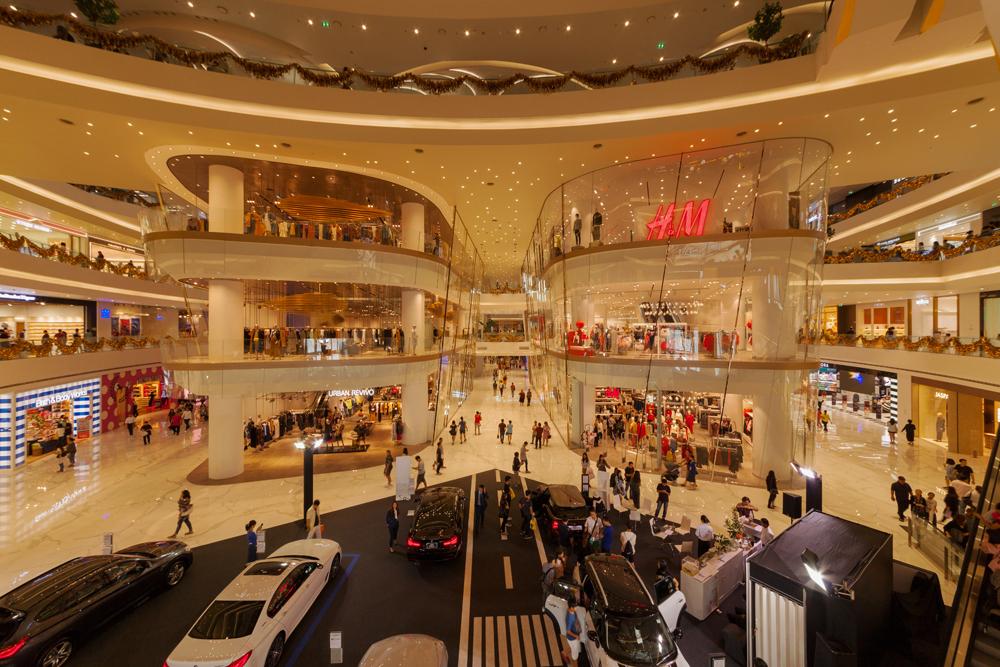 Uusi Iconsiam jatkoi loputtomalta tuntuvaa kauppakeskusten virtaa Bangkokiin. Kuva: Wikimedia Commons.