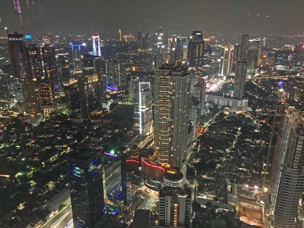 Jakartan metropolialueella asuu noin 30 miljoonaa ihmistä, ja se on yksi maailman suurimmista kaupunkialueista. Sillä on oma nimensäkin, Jabodetabek, joka on yhdistelmä pääkaupunkialueen kaupunkien (Jakarta, Bogor, Depok, Tangerang ja Bekasi) nimistä. Kuva: Desmaniar Nurdin.