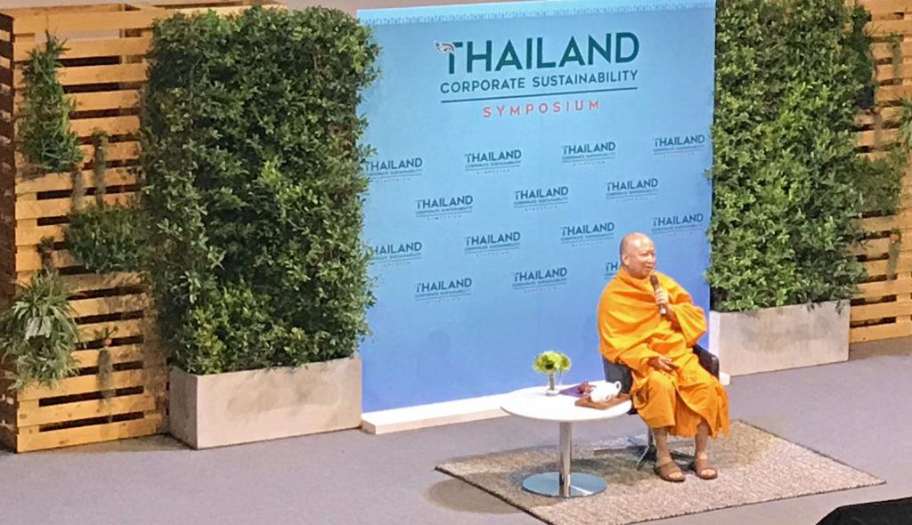 Munkki Phra Brahmapundit pohti puheessaan uskontojen merkitystä kestävän kehityksen tavoitteiden saavuttamisessa sekä buddhalaisuuden nivoutumista yritysvastuun käsitteeseen. Kuva: Leeni Toivanen.