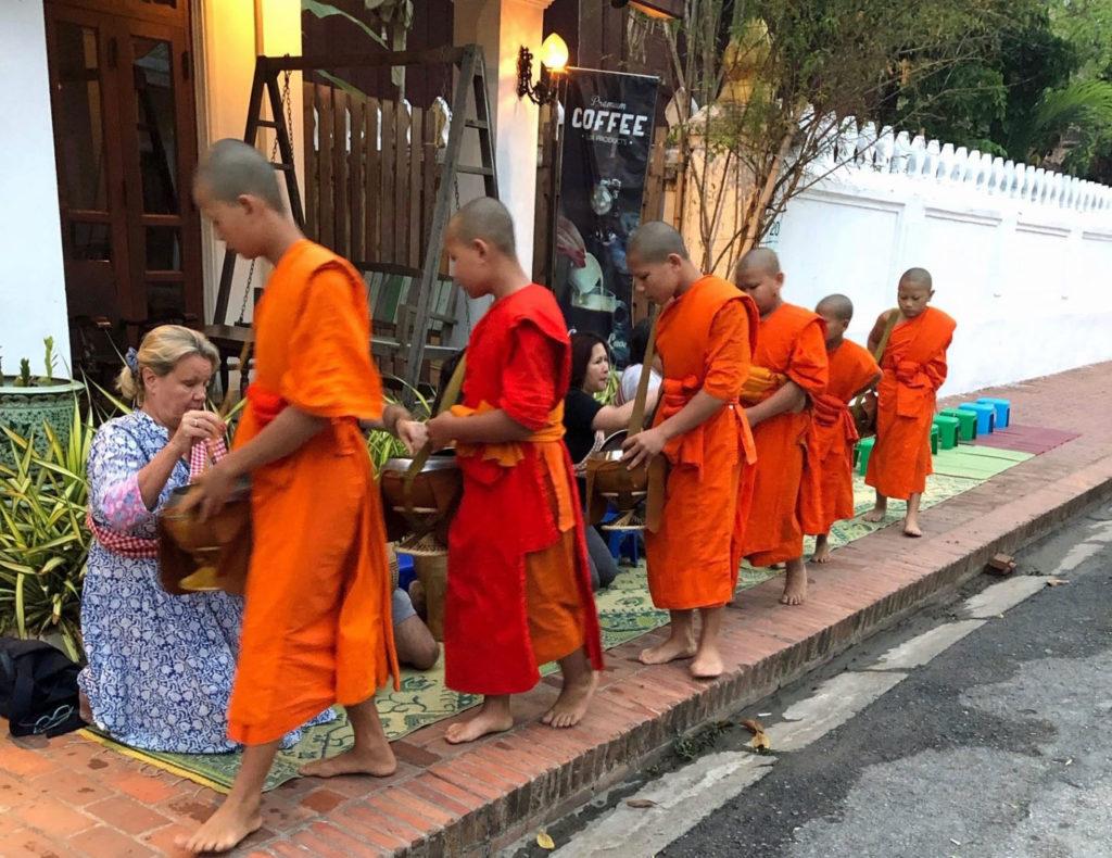 Luang Prabang on Unescon maailmanperintökohde, jossa rituaaleihin kuuluu antaa ruokaa luostarien munkeille auringonnousun aikaan. Kuva: Paula Parviainen.