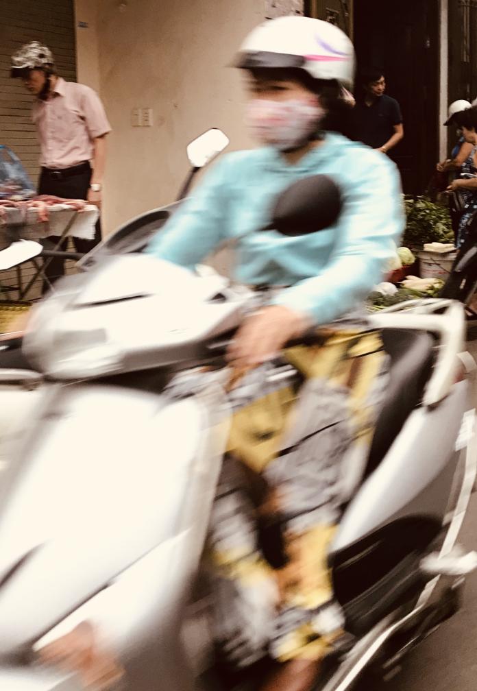 Hanoissa kasvonaamioiden taustalla ei ole muoti-ilmiö tai pelko pisaratartunnoista, vaan suojautuminen pienhiukkaisilta. Kuva: Paula Pirinen.