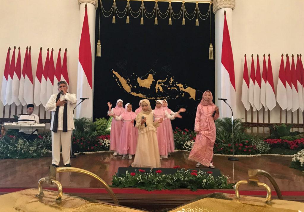Idul Fitri -vastaanotoilla musiikki on tärkeässä roolissa. Presidentti Joko Widodon vastaanotolla esiintyi lapsiryhmä. Kuva: Jari Sinkari.