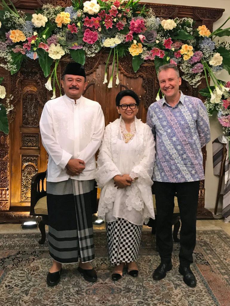 Ulkoministeri Retno Marsudi miehensä Agusin kanssa järjesti vastaanoton, joka oli diplomaattien must-listalla. Kuva: Jari Sinkari.