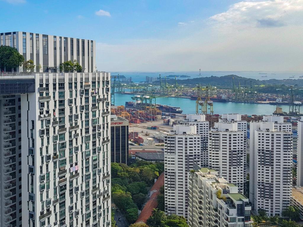 Singaporen satama on yksi maailman vilkkaimmista, ja siellä hyödynnetään myös suomalaista huipputeknologiaa. Singapore on tehnyt sijainnistaan vahvuuden, hiukan niin kuin Suomikin. Kuva: Riku Mäkelä.