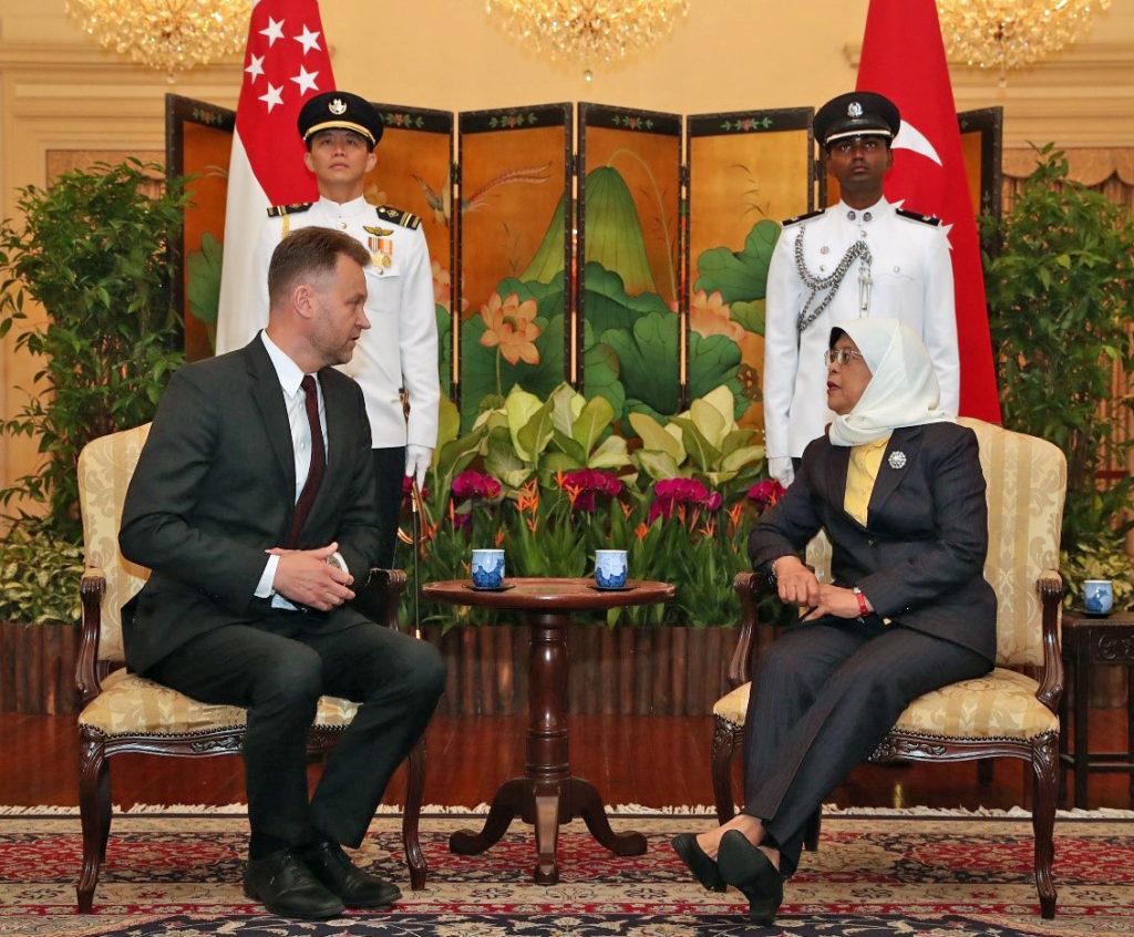 Kahdeksassa minuutissa ehtii yllättävän paljon. Enemmänkin keskusteltavaa olisi toki presidentti Halimah Yacobin kanssa riittänyt. Kuva: Singaporen ulkoministeriön protokolla.