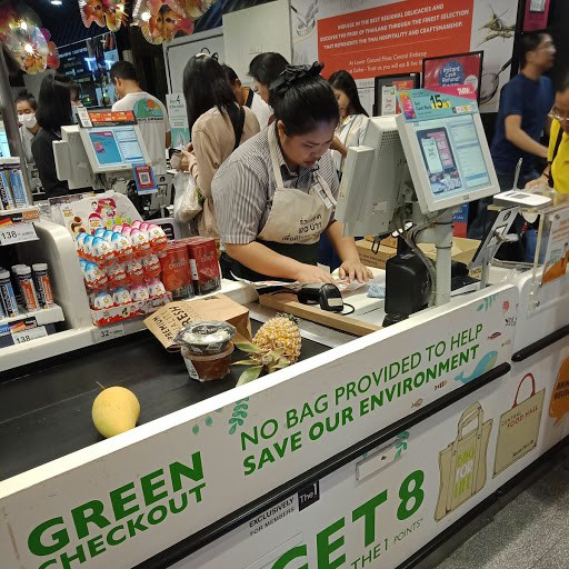 Useat kaupat markkinoivat näkyvästi vihreämpää vaihtoehtoa. Kuva: Kimmo Pekari.
