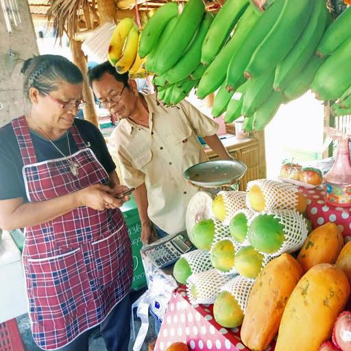 Tuoreet hedelmät pakataan katukojuissa moninkertaisiin muovikääreisiin. Kuva: Kimmo Pekari.