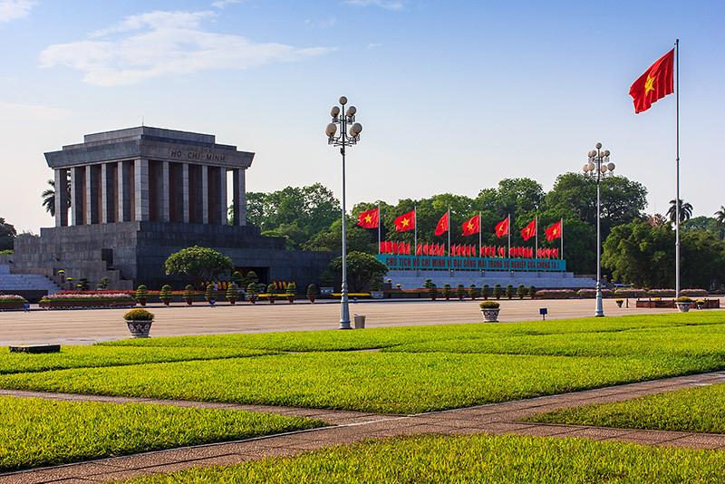 Vietnamin presidentti Ho Chi Minhin muistoksi rakennettu mausoleumi sijaitsee Ba Dinh -aukiolla Hanoissa. Ho on edelleen Vietnamissa hyvin arvostettu ja usein myös korruption vastaisen toiminnan ja kampanjoinnin esikuva. Kuva: Eugene, Flickr, CC BY-NC-ND 2.0.