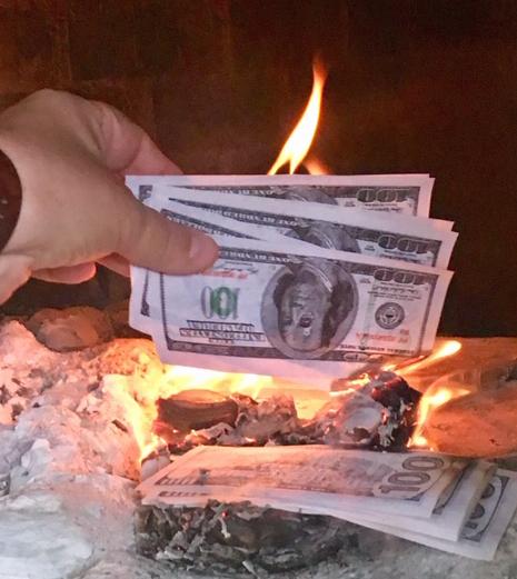 Raha palaa – mutta tällä kertaa vainajien muiston kunnioittamiseksi. Kuva: Susa Bharwani.