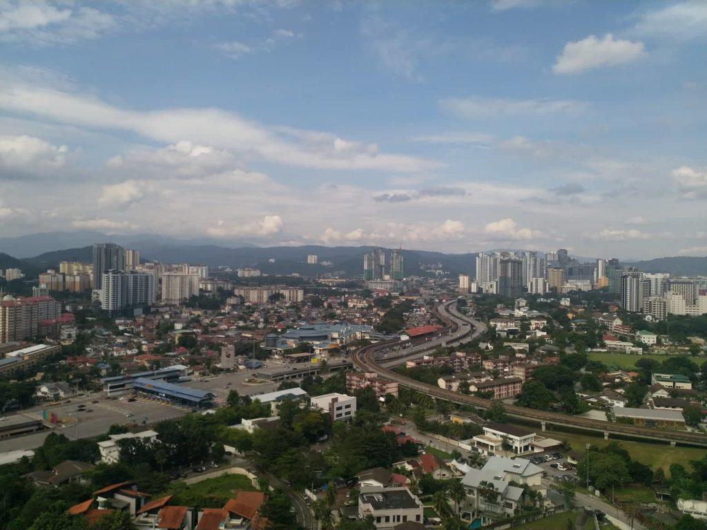 Tavallisena päivänä omalta parvekkeelta näkee varsin kauas Kuala Lumpurin keskustasta koilliseen. Kuva: Eero Väisänen.