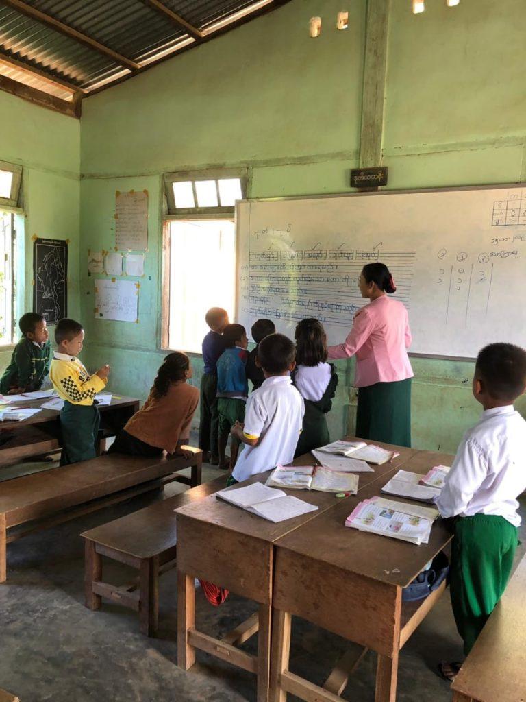 Toisen luokan oppilaita burman oppitunnilla.