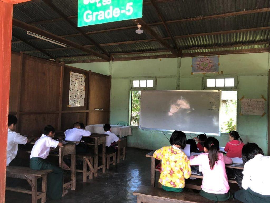Viidennen luokan oppilaat istuvat vielä riveissä, tytöt ja pojat eri puolilla luokkaa.