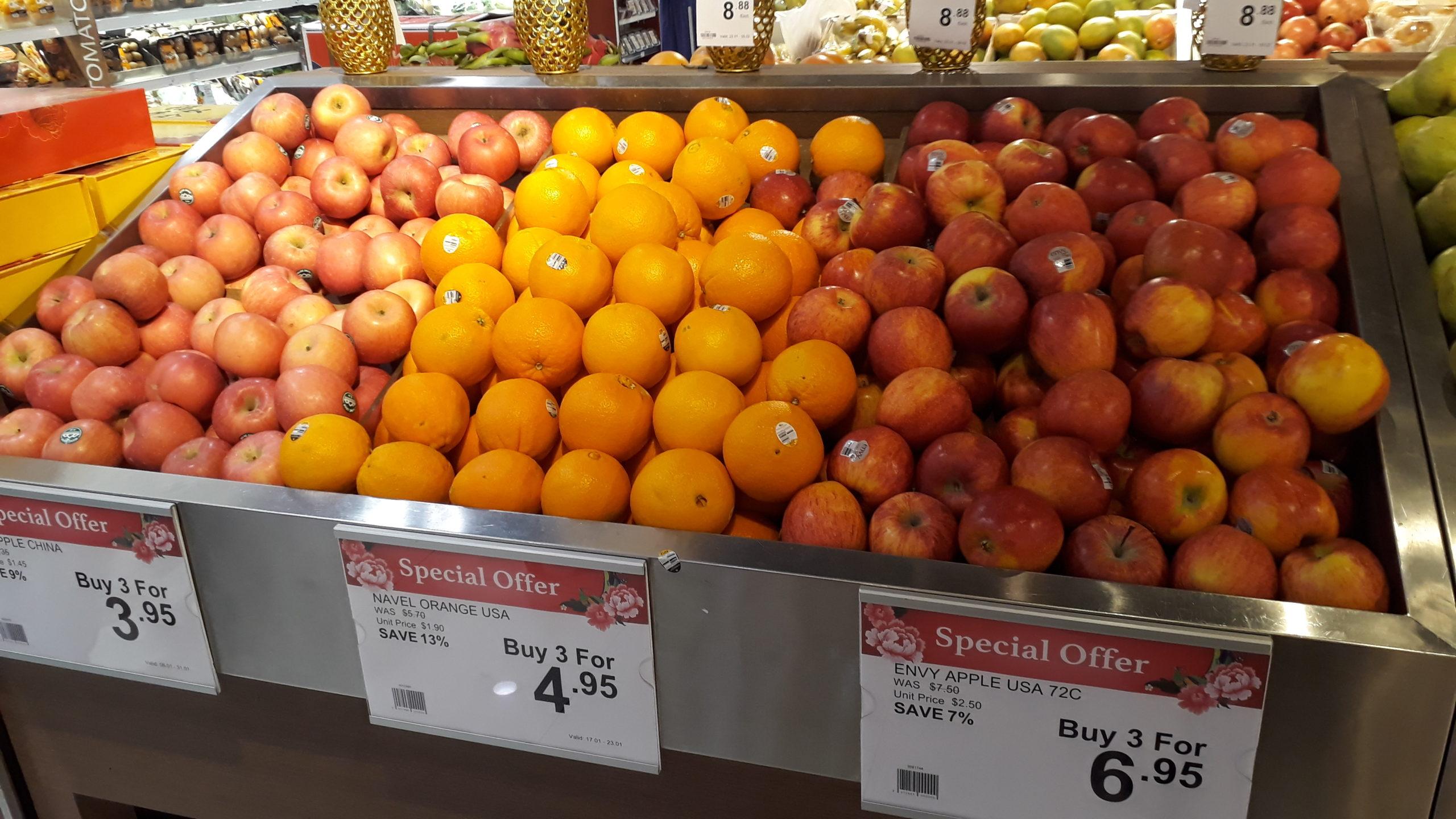 Lähikaupasta ei löytynyt ensimmäistäkään hedelmää tai vihannesta, joka olisi tuotettu paikallisesti. Kuva: Lotta Kääriäinen