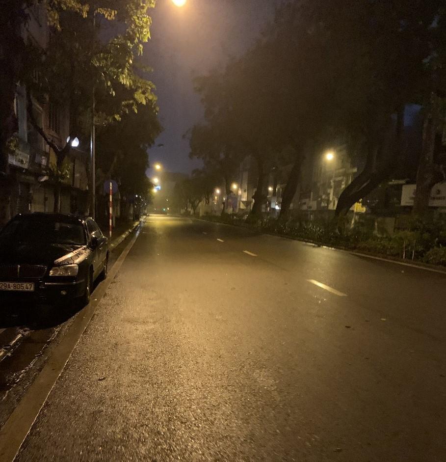 Hanoin Ba Dinhin kadut ovat hiljentyneet. Kuva viimeiseltä illalta, ennen kuin ulkonaliikkumisrajoitteet tulivat voimaan ja taksit lakkasivat liikkumasta. Kuva: Matti Tervo