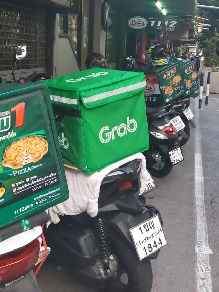 Bangkokin jalkakäytävät täyttyvät ruokatoimituslähettien moottoripyöristä. Kuva: Kimmo Pekari