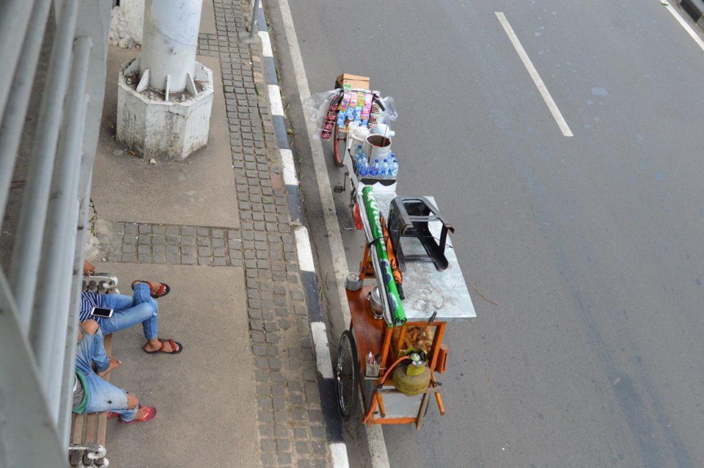 Monet epävirallisella sektorilla työskentelevät indonesialaiset kuten katumyyjät ovat menettäneet elinkeinonsa koronapandemian ja sen vuoksi asetettujen rajoitusten ja asiakkaiden vähentymisen vuoksi. Kuva: Sena Yildirim-Tuoma