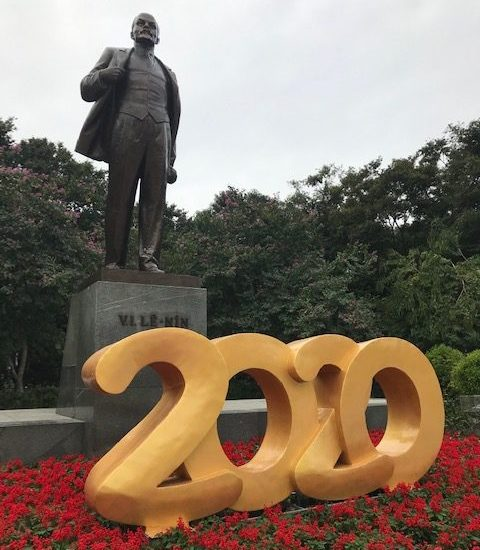 Leninin patsas Dien Bien Phu -kadulla muistuttaa Neuvostoliiton ja Vietnamin yhteistyön vuosista. Hanoissa on myös neuvostotuella rakennetut Lasten Kulttuuripalatsi sekä Messu- ja Kulttuurikeskus. Kuva: Kari Kahiluoto