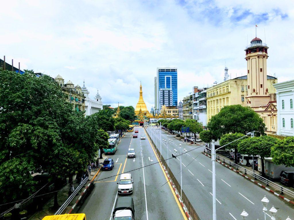 Kovaa vauhtia kehittyvässä Yangonissa elämä muistuttaa enemmän muita Aasian suurkaupunkeja kuin muutaman sadan kilometrin päässä sijaitsevia konfliktialueita. Kuva: Eeva Lehtinen