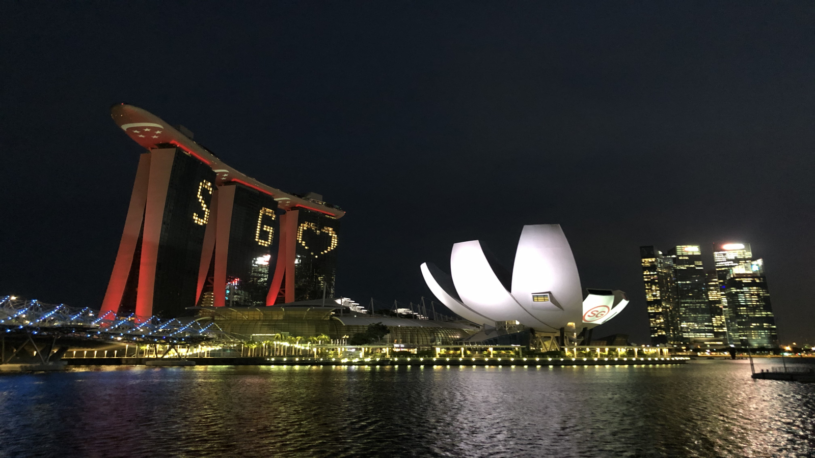 Marina Bay Sandsin valot sytytettiin pandemian vastaisen taistelun tueksi. Kuva: Jenny Toivio.