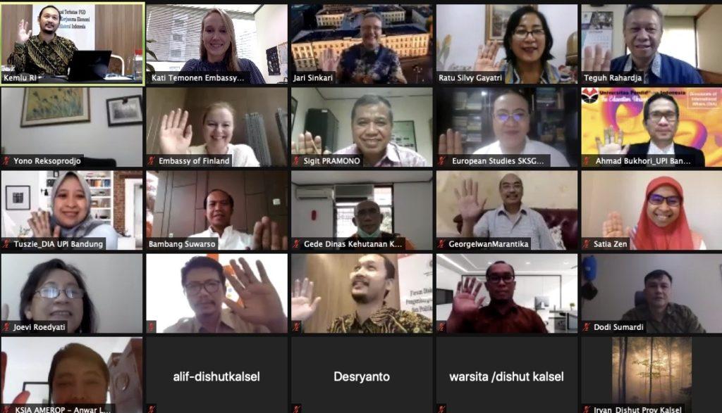 Tapaaminen Indonesian virkamiesten ja sidosryhmien kanssa sujui mutkattomasti etäyhteyksin. Ryhmäkuvatkin hoituvat näppärästi virtuaalisesti. Kuva: Kati Temonen
