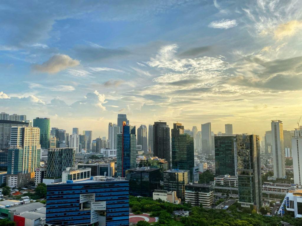 Jakartan maisemaa hallitsevat korkeat tornitalot ja sankka savusumu. Silloin tällöin näkyy kuitenkin sinistä taivasta. Kuva: Kati Temonen