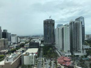 Hotellin ikkunasta otettu kuva rakennuksista Manilassa.