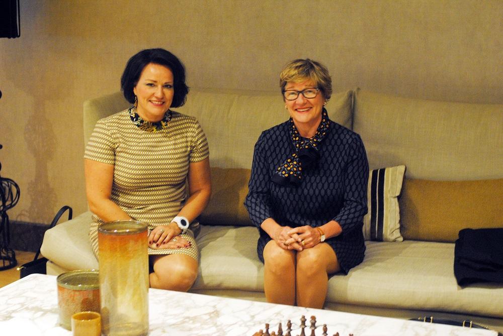 Fiskarsin myyntijohtaja Taija Felt (vasemmalla) ja suurlähettiläs Nina Vaskunlahti.