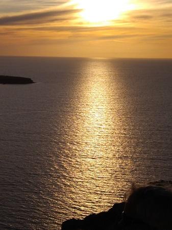 Vasten auringonsiltaa Santorinilla