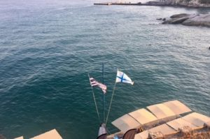 Suomen ja Kreikan lippu Aeginan rantabulevardilla.