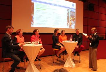 Panelistit kuvailivat ihanneyhteiskuntaa, jossa työn ja perheen yhteensovittaminen olisi tehty mahdollisimman helpoksi.