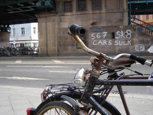Cars suck, ajattelee berliiniläinen pyöräilijä. Traffic rules suck also, hän voisi lisätä. Kuva: familialudwig CC flickr
