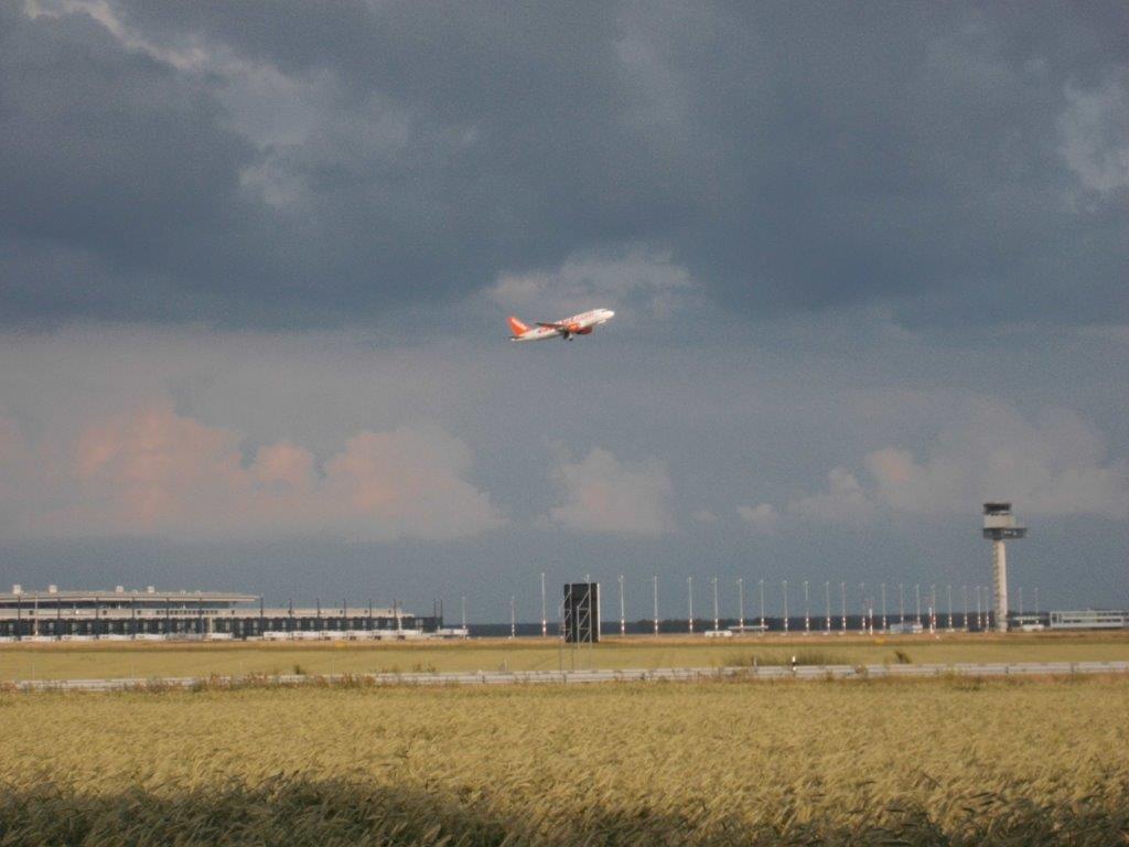 Myrskypilvet ovat varjostaneet Berliinin uuden lentokentän matkaa. Koneita nousee ilmaan vanhalta Schönefeldin kentältä.