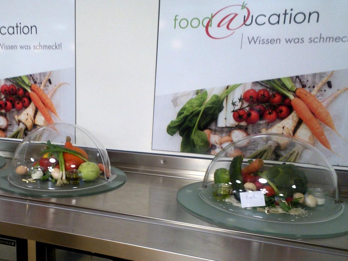 Römerkastellin lukion ruokalassa aterioiden raaka-aineet ovat esillä, jotta oppilaat oppivat tunnistamaan eri ruoka-aineita.