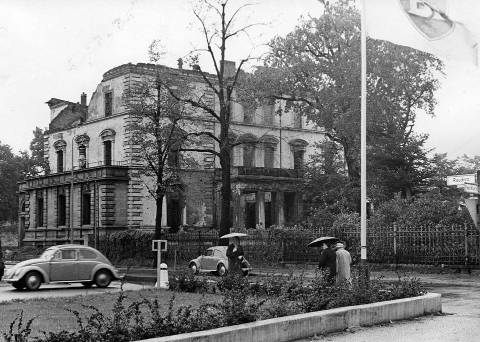 Konsuliyksikkö toimi vuoden 1943 pommitusten jälkeen suurlähetystörakennuksen pystyyn jääneessä siivessä 1943.