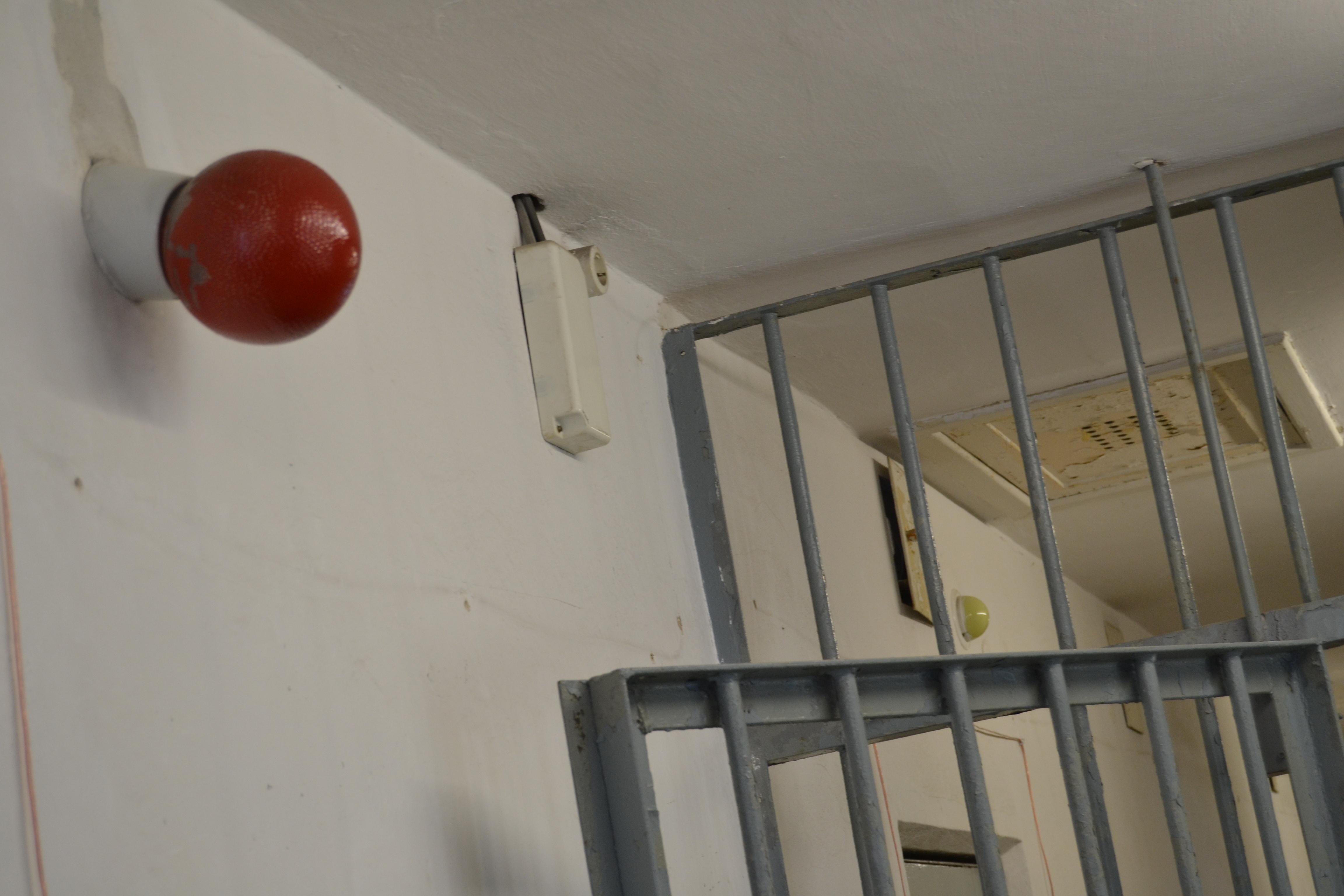 Eristäminen oli henkisen väkivallan keinoista tärkeimpiä. Vangit vietiin kuulusteluihin punaisten valojen palaessa. Silloin ei käytävälle ollut muilla asiaa. Eristämällä vangit toisistaan estettiin solidaarisuutta ja vahvistettiin voimattomuutta.