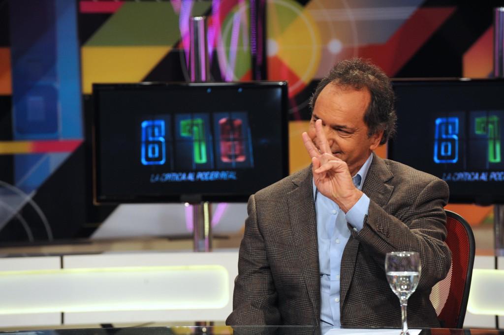 Esivaalien voittaja Daniel Scioli poseeraamassa TV-kameroille. Kuva:Flickr, Prensa TV Pública