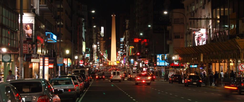Avenida Corrientesilla kirjoja myydään vielä puolenyön jälkeen. Kuva:Flickr, Uran Omar.
