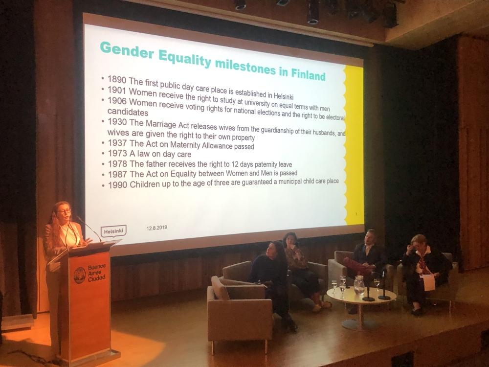 Apuslaiskaupunginjohtaja Pia Pakarinen puhujakorokkeella naisten oikeuksia käsittelevässä seminaarissa Buenos Airesissa 08/2019.