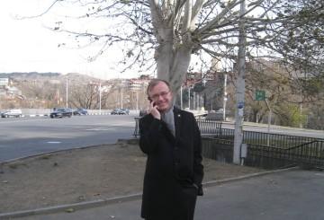 Kiertävän suurlähettilään tärkeä työväline on kännykkä.
