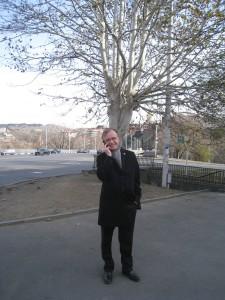 Kännykkä on kiertävän suurlähettilään tärkeä työväline, läppärin ohella.