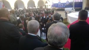 Presidentin virkaanastujaispaikka parlamentin sisäpihalla