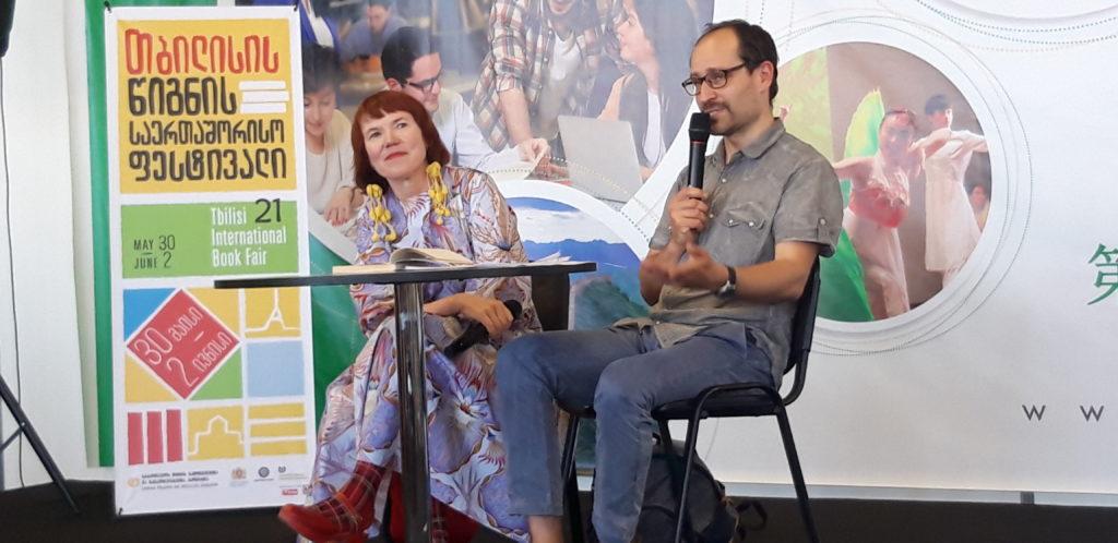 Rosa Liksom kertoi kirjastaan Hytti nro 6. Oikealla Dimitri Gogolashvili. Kuva: FILI