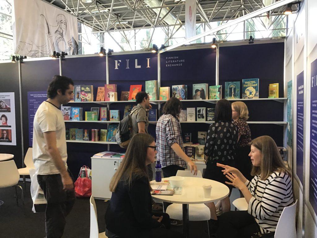 Suomalaiset kirjat kiinnostivat FILIn ständillä. Kuva: Tarja Parkkinen