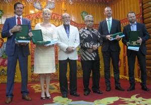 Pohjoismaiset suurlähettiläät Acehin kuvernöörin ja tulevan (?) Wali Nanggroen vieraina. Vasemmalta: Kai Sauer/Suomi, Ewa Polano/Ruotsi, Malik Mahmud, kuvernööri Zaini Abdullah, Martin Hermann/Tanska ja Stig Traavik/Norja