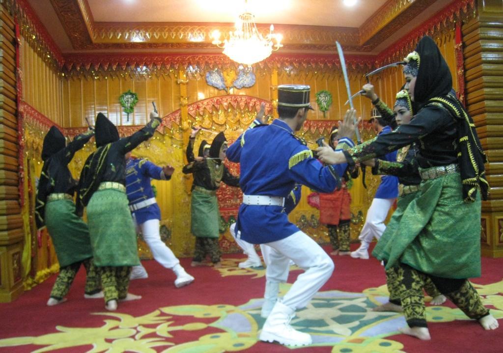 Acehin naisten historiaa tanssin välityksellä. Hollantilaiset valloittajat saavat maistaa terästä.
