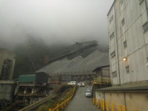Kaivos tuottaa 220 000 tonnia malmia päivässä.