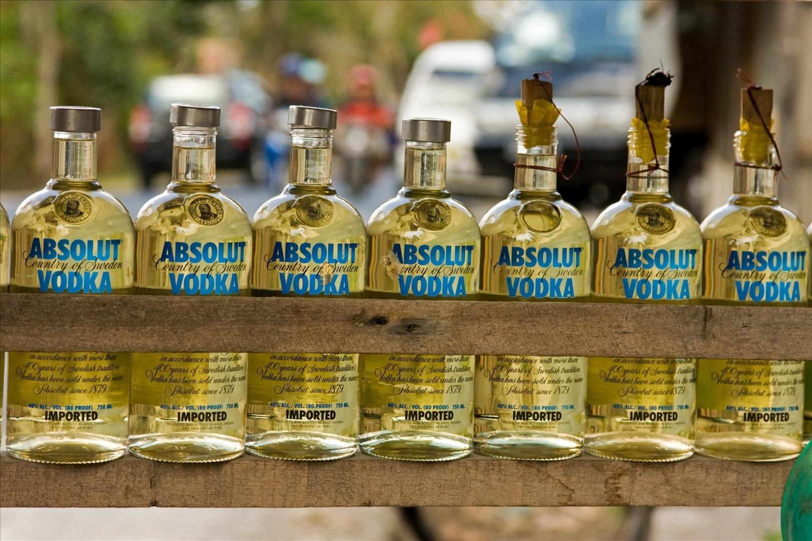 Etikettiin ei voi aina luottaa. Näissä pulloissa on täytteenä bensiiniä. Kuva: Suomen Indonesian-suurlähetystö