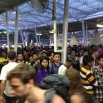 Ihmiset jonottamassa junaan pääsyä