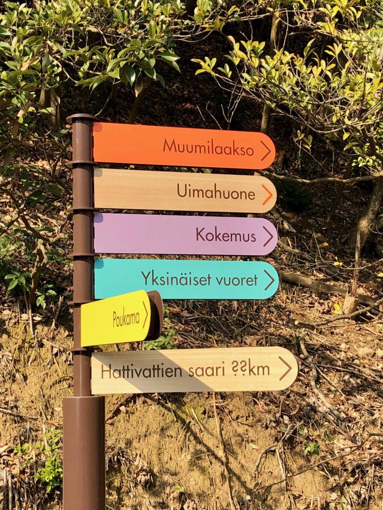 Moomin Valley Parkissa tienviitat ja kyltit ovat pääsääntöisesti vain suomeksi. Kuva: Markus Kokko.